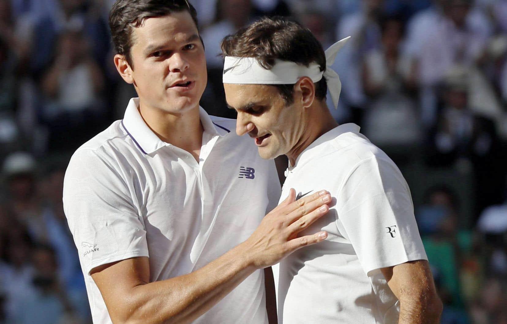 Milos Raonic et Roger Federer se sont salués à la fin du match qui les a opposés mercredi.