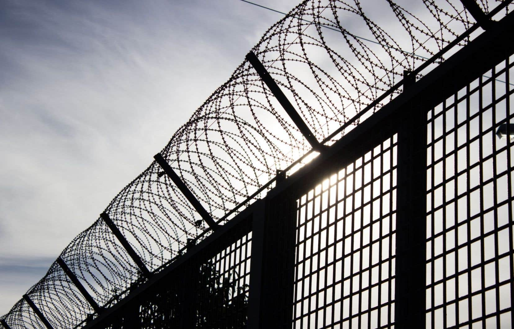 Cette ancienne prison, construite en 1950 et convertie en 1996, a gardé plusieurs caractéristiques de l'univers carcéral, notamment de hautes clôtures surmontées de barbelés.