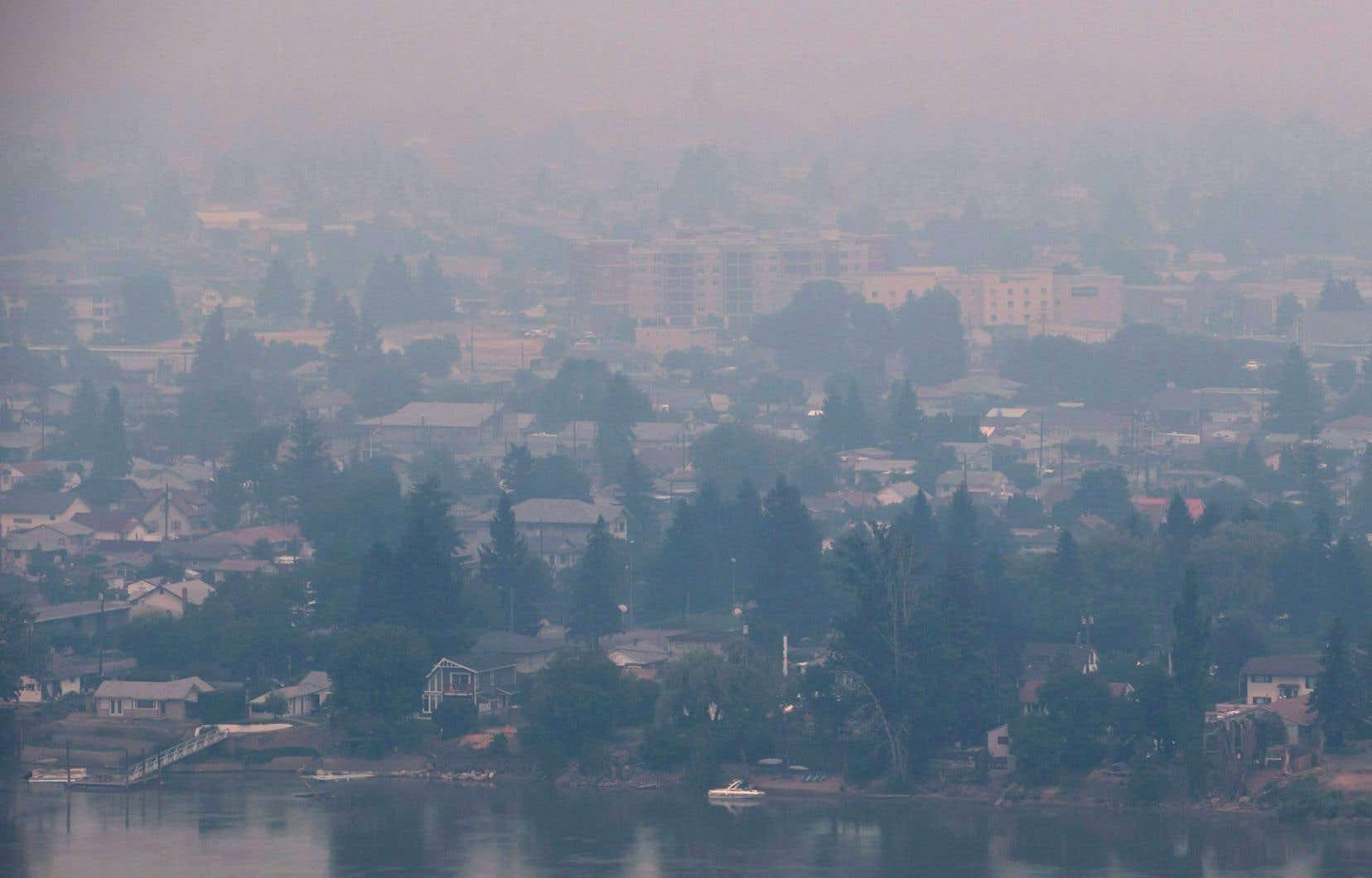 La ville de Kamloops, entre autres, subit les contrecoups des nombreux feux de forêt qui ravagent le territoire. Ci-dessus, la ville encerclée par la fumée, le 10 juillet dernier.