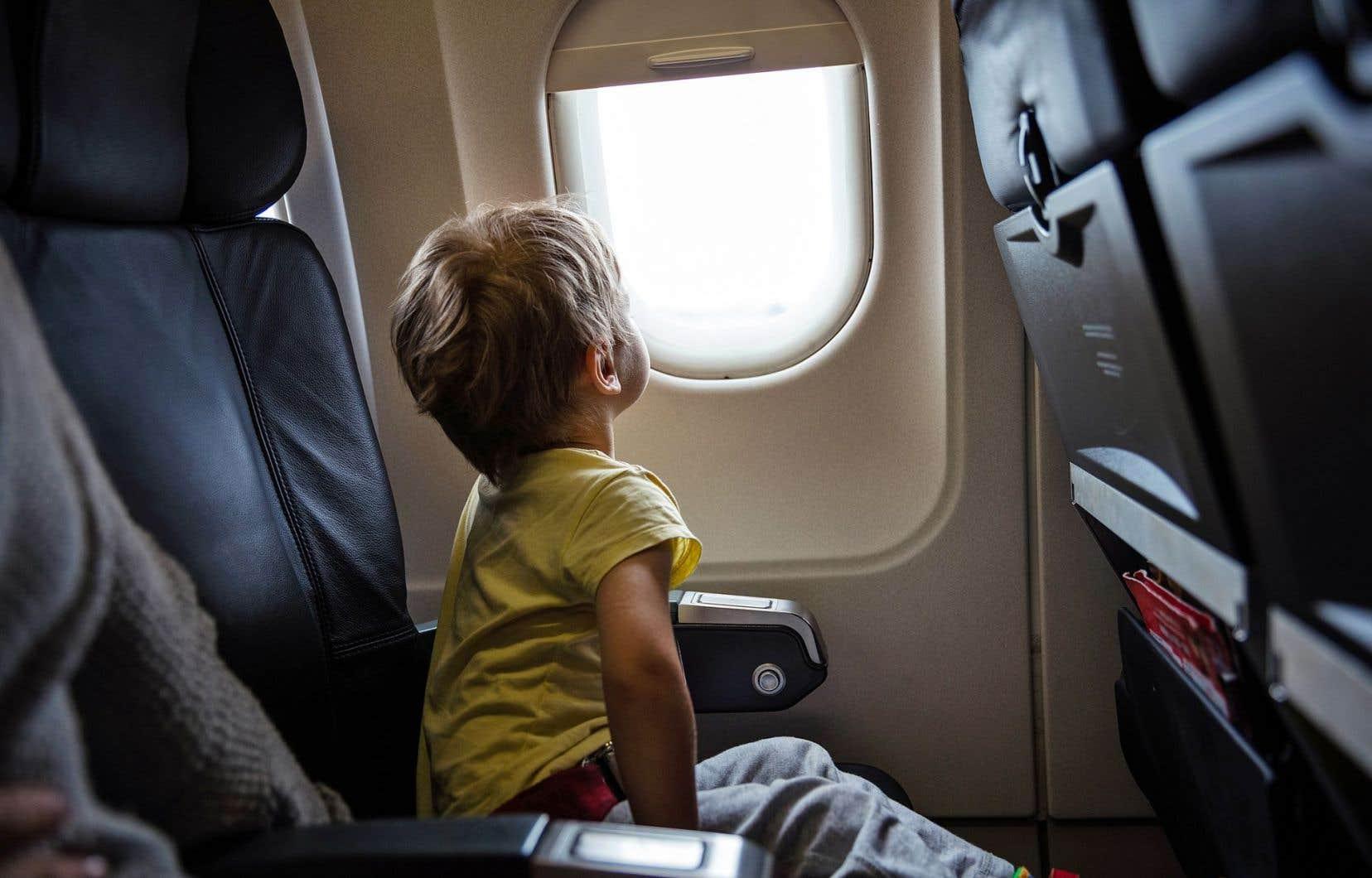 Coup de sonde auprès des compagnies aériennes: de plus en plus d'enfants voyagent non accompagnés et l'été est la période où on en voit le plus. Air Transat confirme qu'ils seraient plus d'un millier en partance du Québec.
