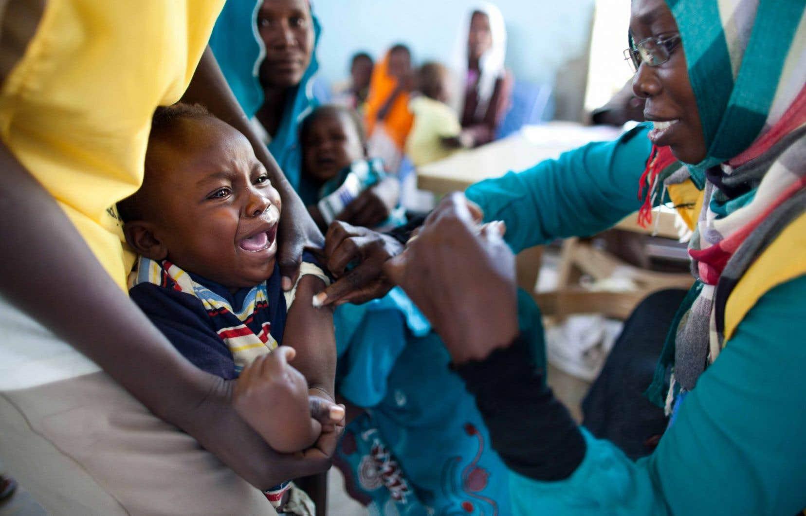 Un enfant reçoit un vaccin dans la région du Darfour, au Soudan.