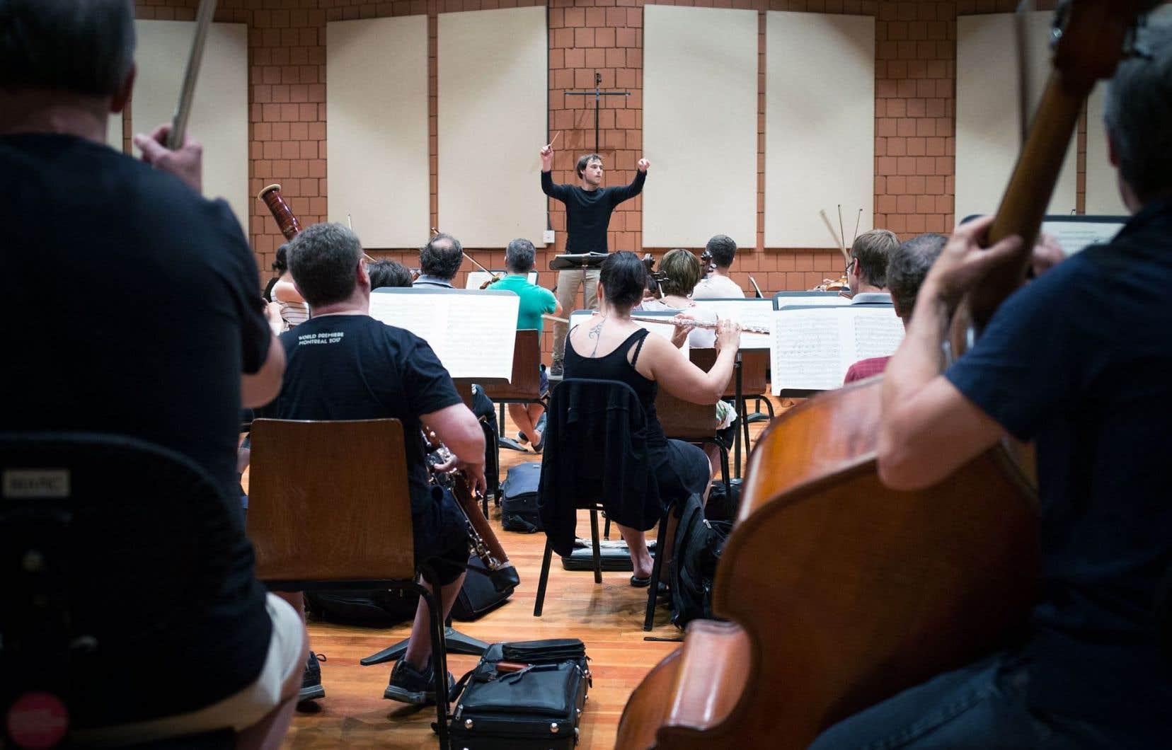 Le jeune chef d'orchestre s'est vu remettre par Yannick Nézet-Séguin la baguette pour diriger son orchestre, ce mercredi à L'Île-des-Sœurs et jeudi au chalet du Mont-Royal.
