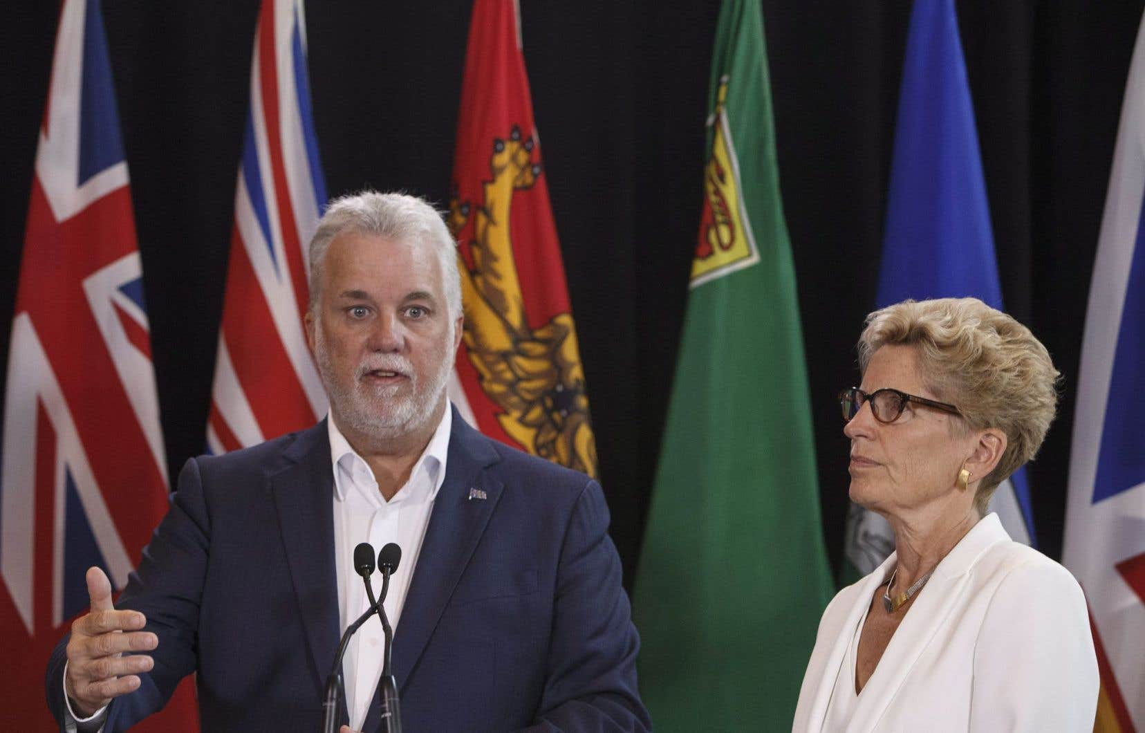 Le premier ministre québécois, Philippe Couillard, aux côtés de son homologue ontarienne, Kathleen Wynne