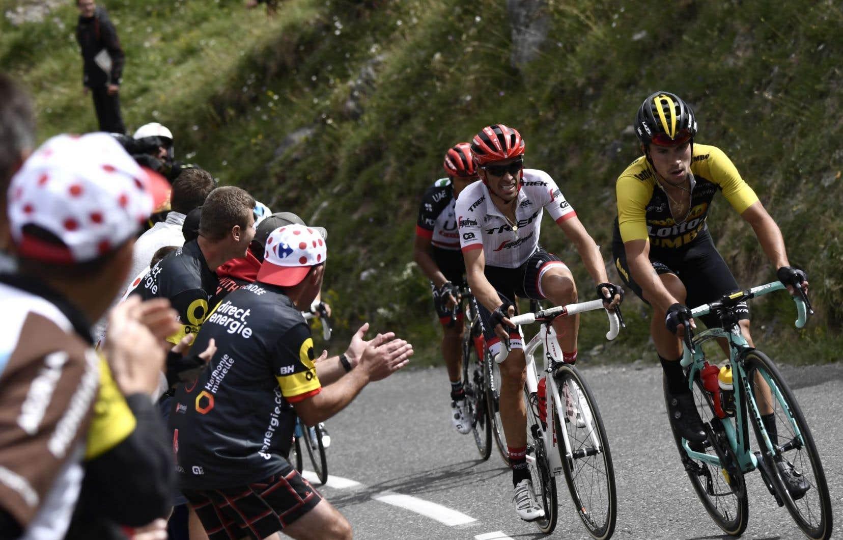 Le Slovène Primoz Roglic (à droite) et l'Espagnol Alberto Contador (au centre) se disputent la tête lors d'une échappée, à la 17e étape du Tour de France.