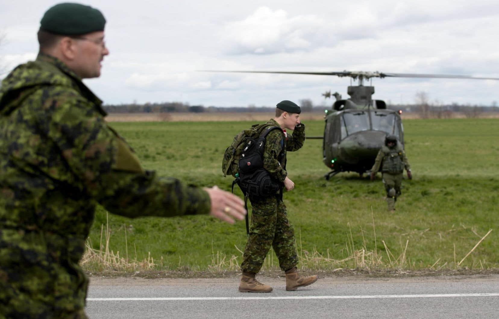 «À l'intérieur du pays, les soldats n'ont pratiquement toujours servi qu'en soutien à la sécurité civile pendant des catastrophes naturelles», remarque l'auteur.