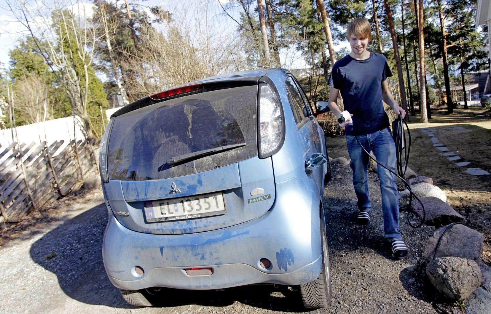 La Norvège compte environ 120000 véhicules électriques ou hybrides pour une population de quelque 5millions de personnes. Au Québec, on compte près de 14400 véhicules sur les routes.