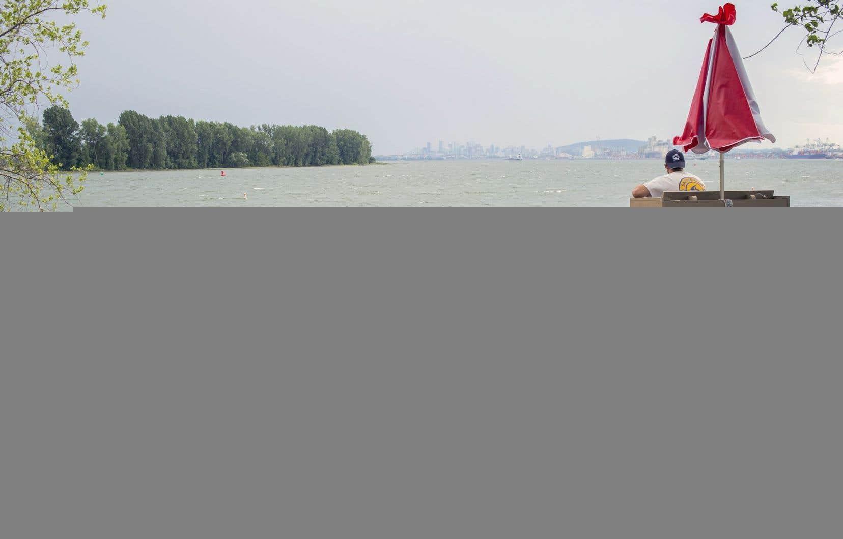 La plage municipale de Longueuil, au parc de l'Île-Charron, accueillait ses premiers visiteurs jeudi, entre deux averses de pluie. Initialement prévue pour la fin juin, son ouverture a été retardée par l'importante montée des eaux à la suite des inondations printanières.