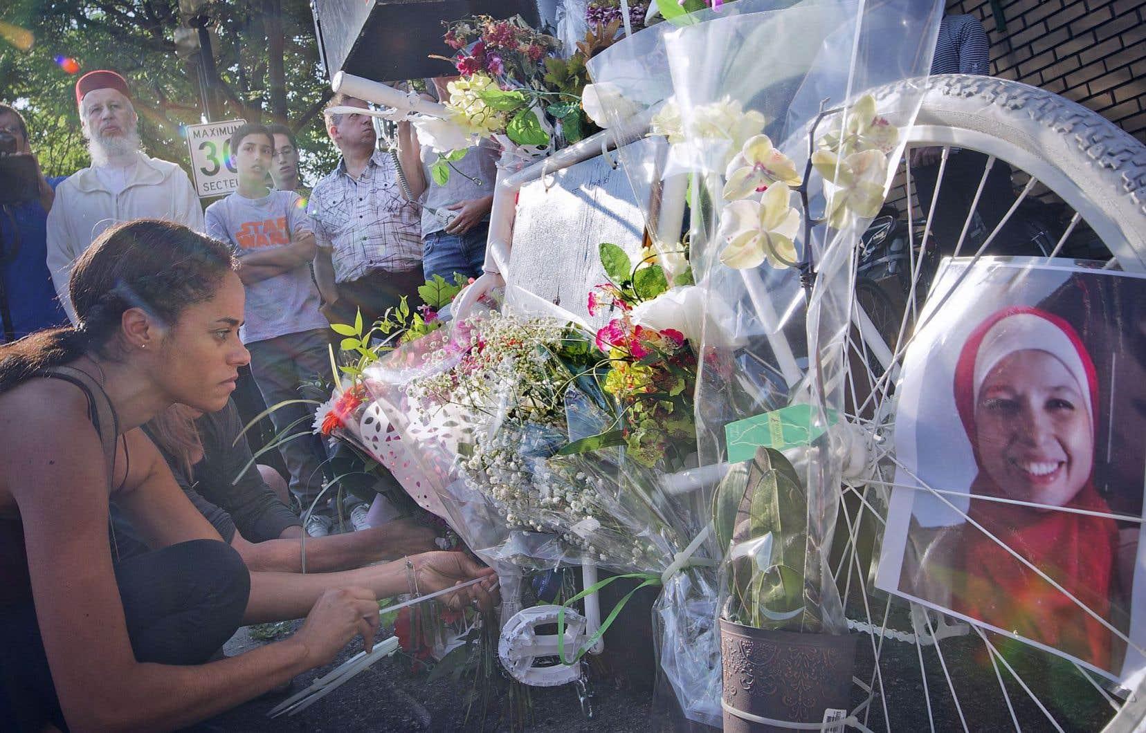 Des proches et des citoyens ont déposé des fleurs sur le vélo blanc installé à l'angle de la rue Bélanger et de la 6e avenue à la mémoire de Meryem Ânoun. Il s'agit du sixième vélo fantôme installé à Montréal depuis 2013.