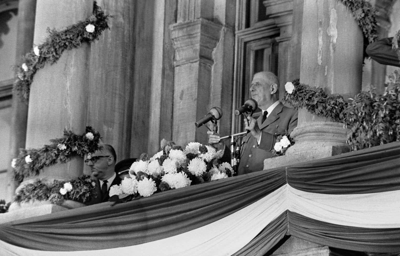 Le général Charles de Gaulle s'adresse à la foule lors de sa visite officielle à Québec, le 24 juillet 1967, depuis le balcon de la mairie de Montréal, où il a prononcé son discours célèbre sur l'indépendance de la province.