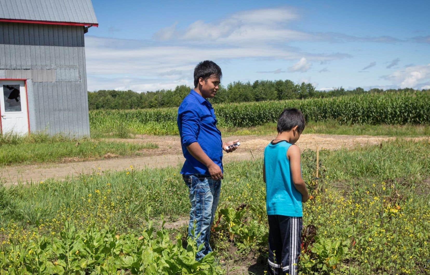 Des réfugiés népalais ont déménagé à Saint-Françoise, entre Lévis et Victoriaville, pour y travailler.