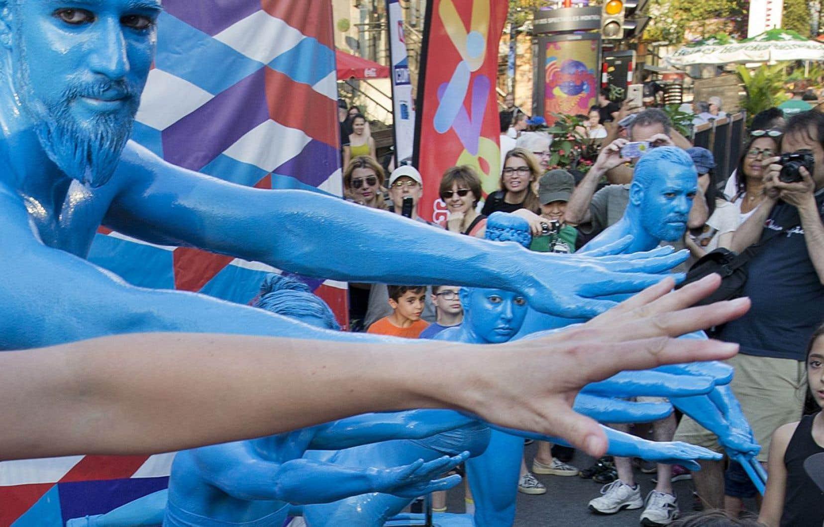 «Les gens de couleur» est un spectacle déambulatoire faisant partie des prestations extérieures organisées dans le cadre du 375e anniversaire de Montréal, dont le slogan est «À nous la rue!».