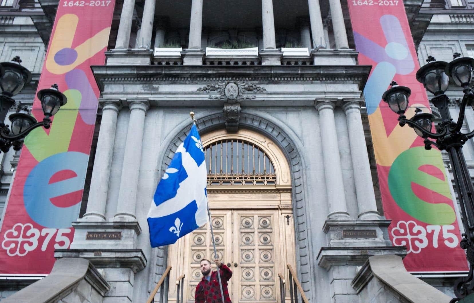 Une foule modeste s'est rassemblée devant l'hôtel de ville de Montréal, lundi soir.