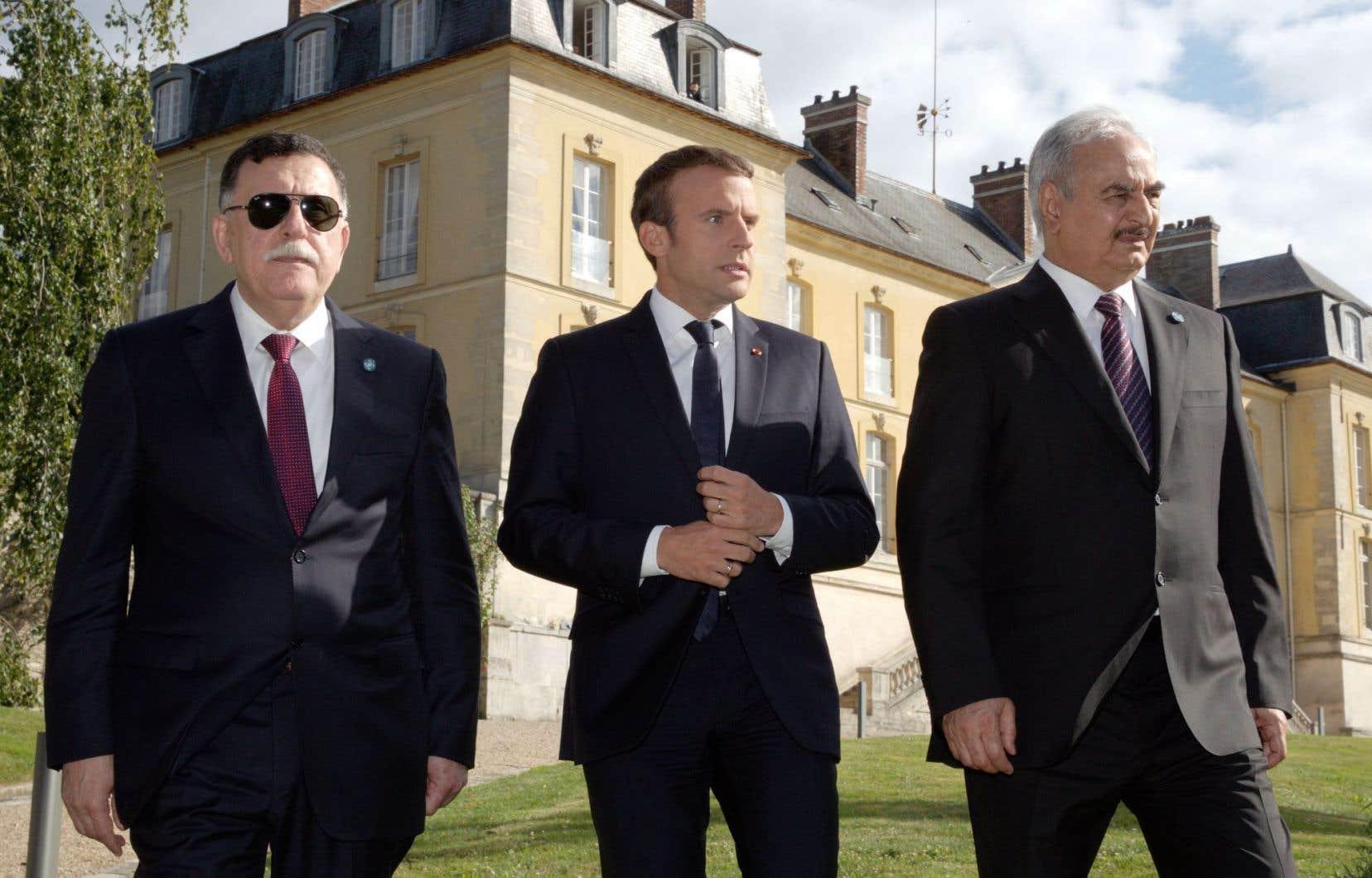 Le président français, Emmanuel Macron, entouré par le premier ministre libyen, Fayez al-Sarraj, et le général Khalifa Haftar, en France, mardi, pour sortir la Libye de la crise