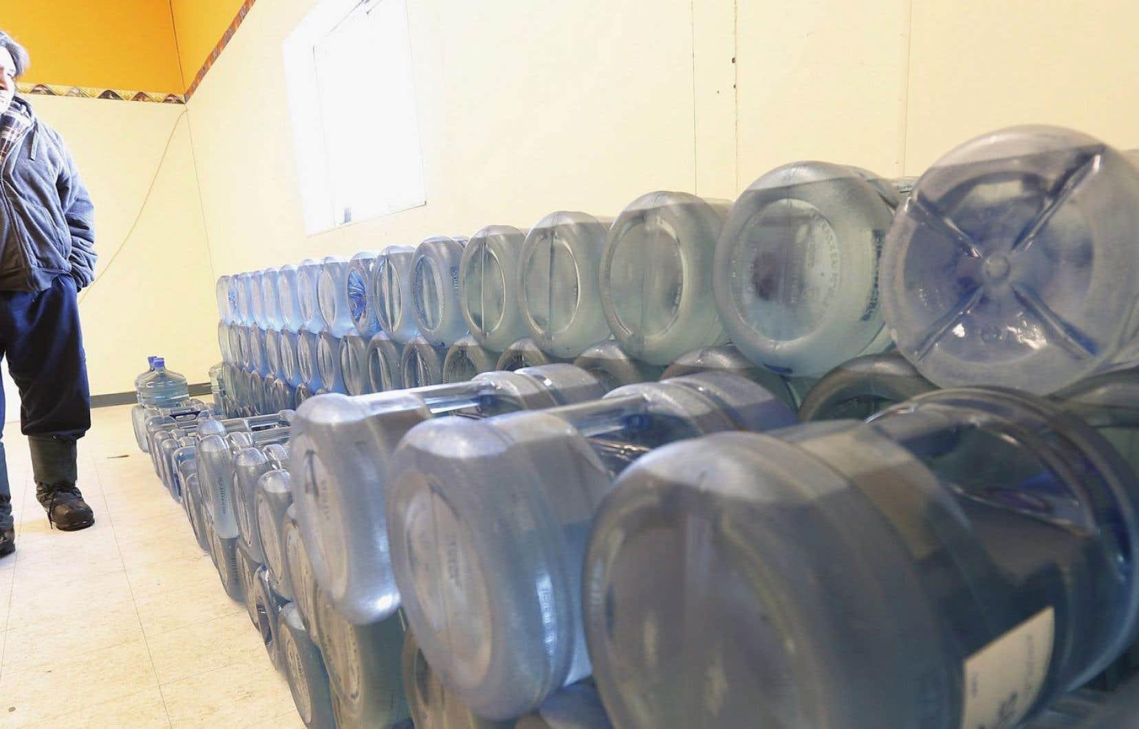 Stewart Redsky, ancien chef de la Première Nation de Shoal Lake 40, observe l'équivalent d'une semaine de bouteilles d'eau de 20 litres dans la salle de stockage de l'eau de la communauté mercredi 25 février 2015.