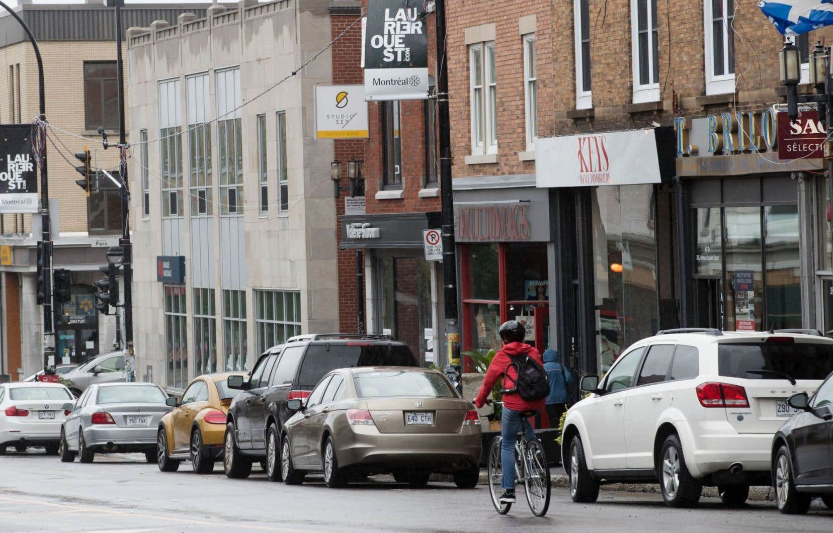 L'administration Coderre avait annoncé en 2015 que, dans le cadre de la réfection de l'avenue Laurier, un espace de 1,5 mètre entre la chaussée et le trottoir serait réservé à la mise en place d'une voie cyclable.