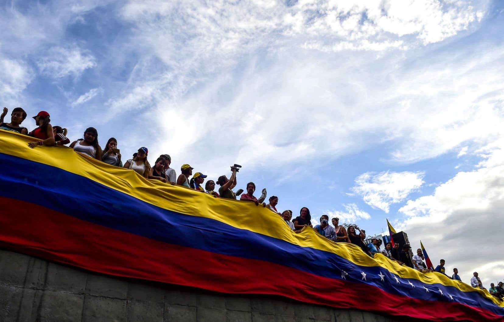 Des manifestants de l'opposition à Caracas, lundi