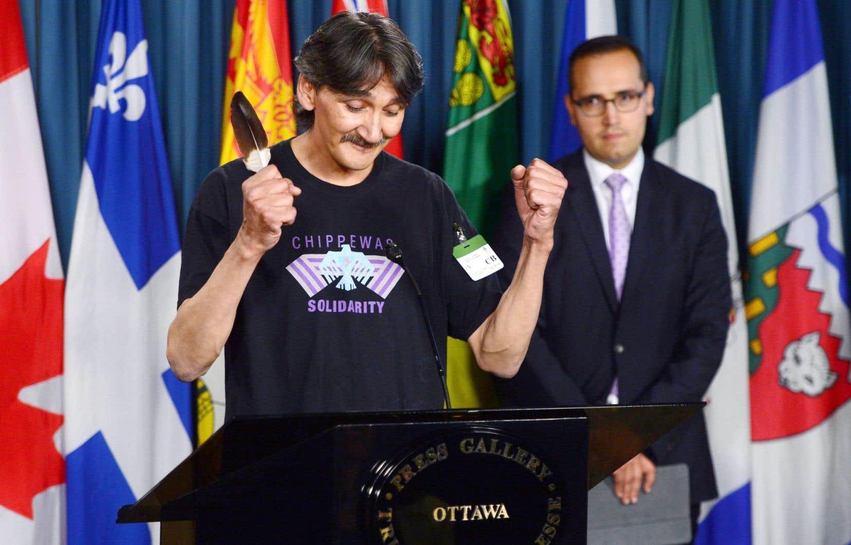 Jerry Natanine, ancien maire de Clyde River, exprime sa joie à une conférence de presse tenue mercredi sur la colline du Parlement après la victoire de sa communauté en Cour suprême.