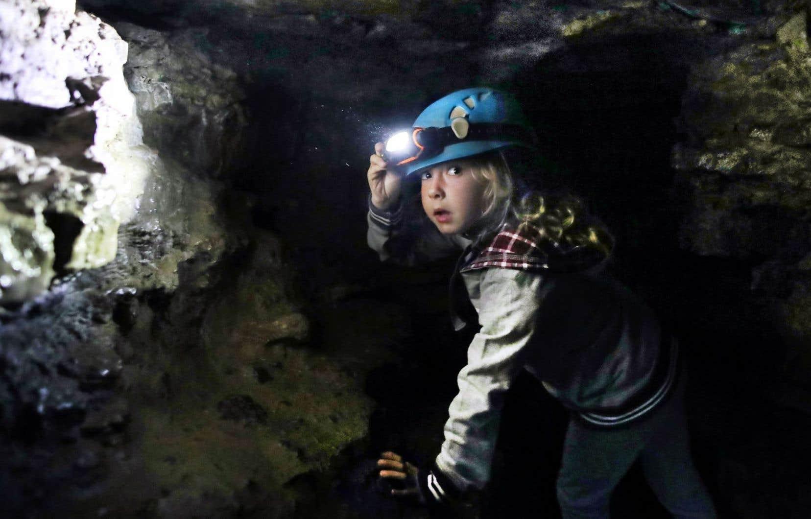 La petite Magaly Giguère, inscrite au camp de jour du Garage à musique, explore la caverne de Saint-Léonard.