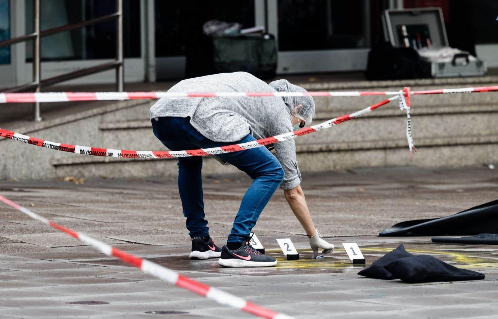 Sur le plan politique, les interrogations autour de l'accueil des migrants ressurgissent dans le pays après cet attentat au couteau.