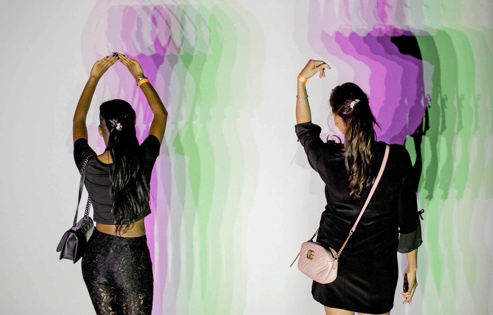 Les silhouettes des visiteurs de l'exposition d'Olafur Eliasson donnent vie à son œuvre «Maison des ombres» (2010).