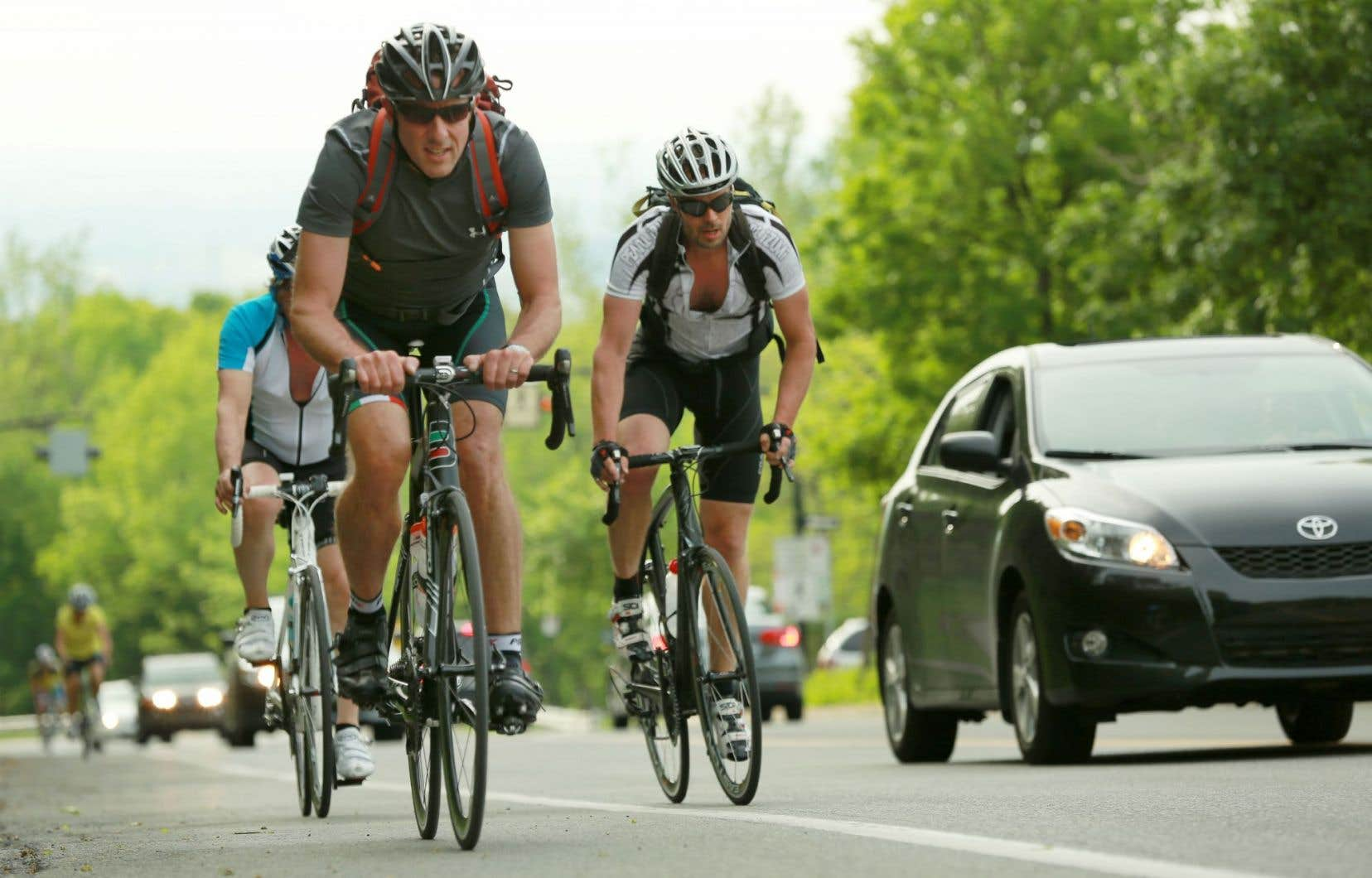 Ce n'est pas dans un esprit de confrontation ni par pulsion suicidaire que les cyclistes ne roulent pas dans l'accotement, mais bien par nécessité.