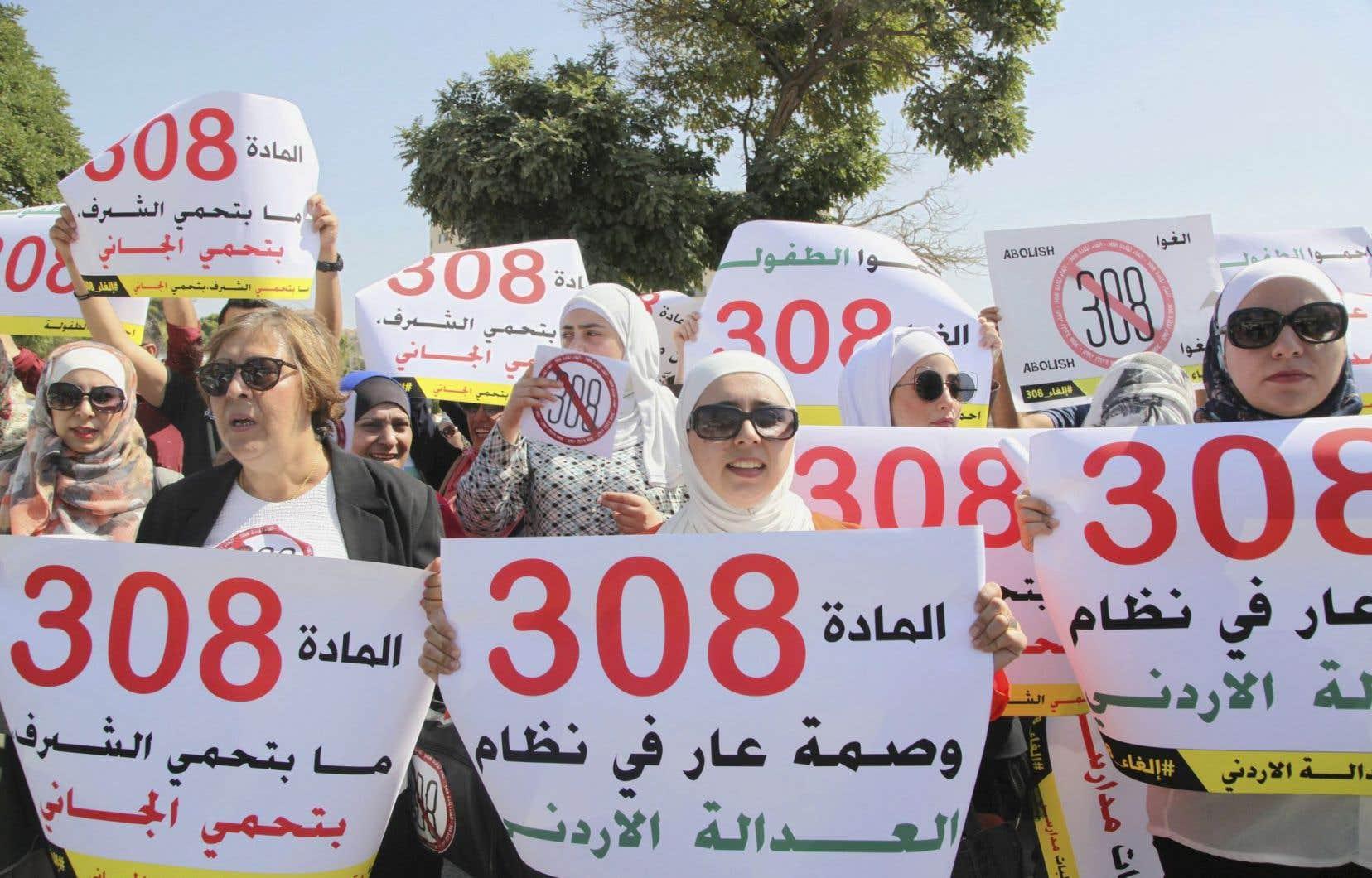 Des activistes manifestent devant le parlement d'Amman pour faire annuler l'article 308, qui permet à un violeur d'échapper à sa condamnation.