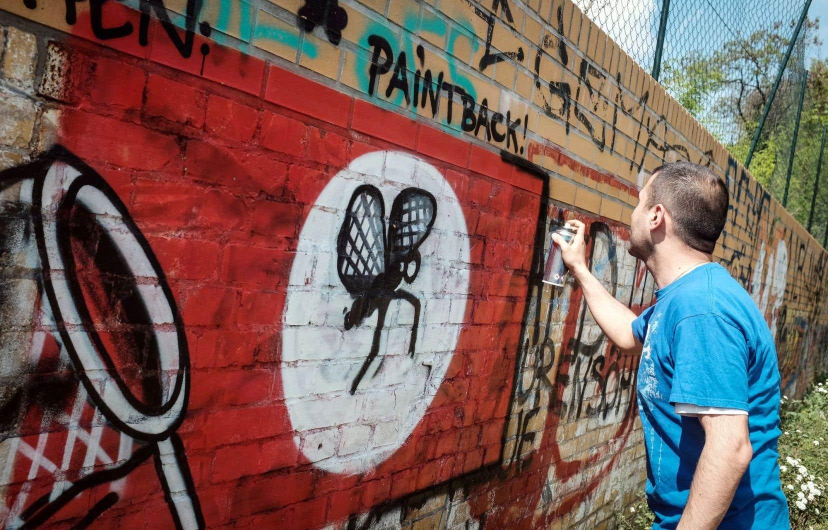 Ibo Omari a eu l'idée de fonder le projet #Paintback pour dissimuler les graffitis néonazis, ici devenus un moustique.