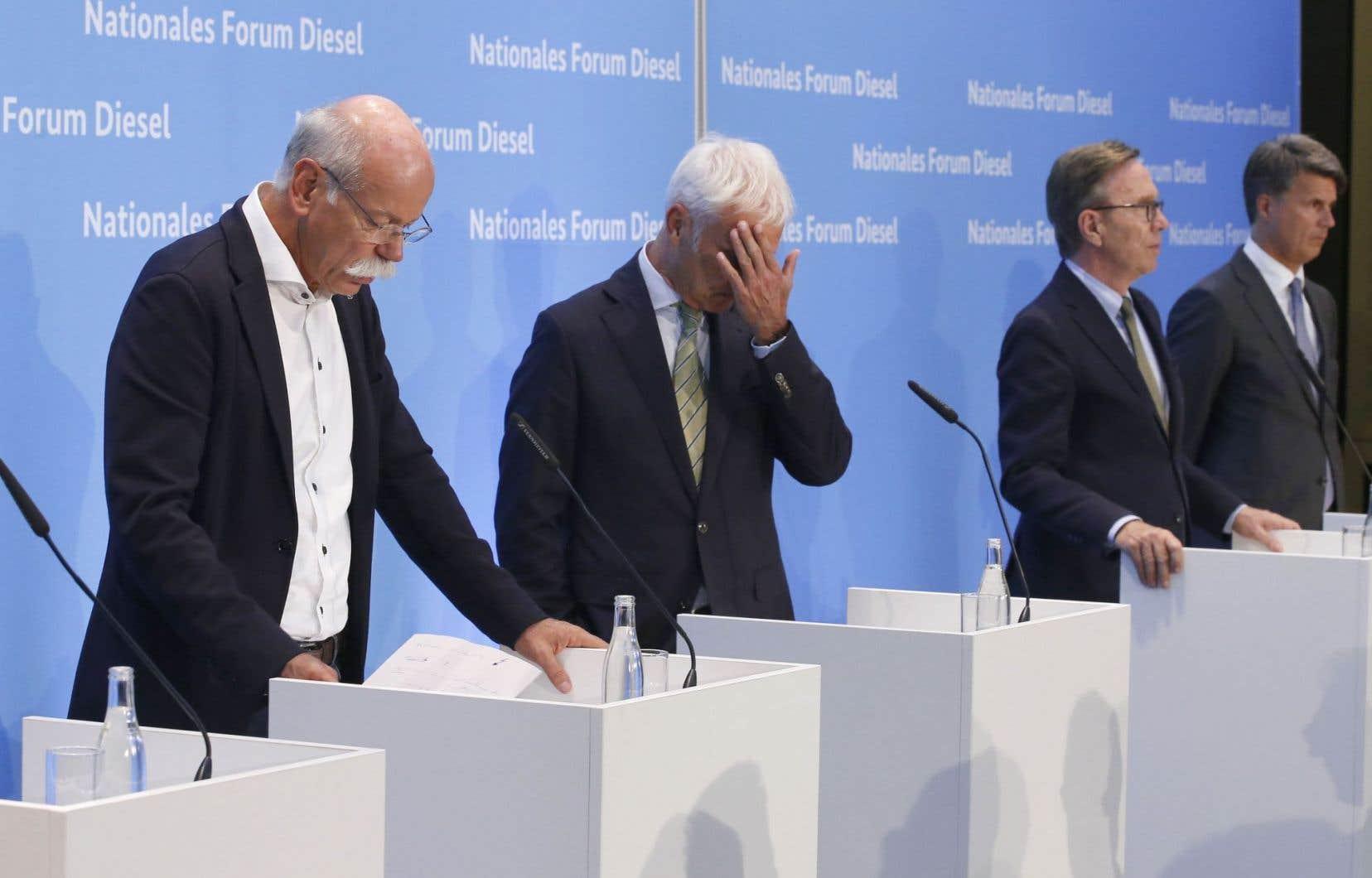 Dieter Zetsche, président de Daimler et à la tête de Mercedes-Benz, aux côtés de Matthias Mueller, p.-d.g. de Volkswagen, de Matthias Wissmann, président de l'Association allemande de l'industrie automobile, et de Harald Krueger, p.-d.g de BMW