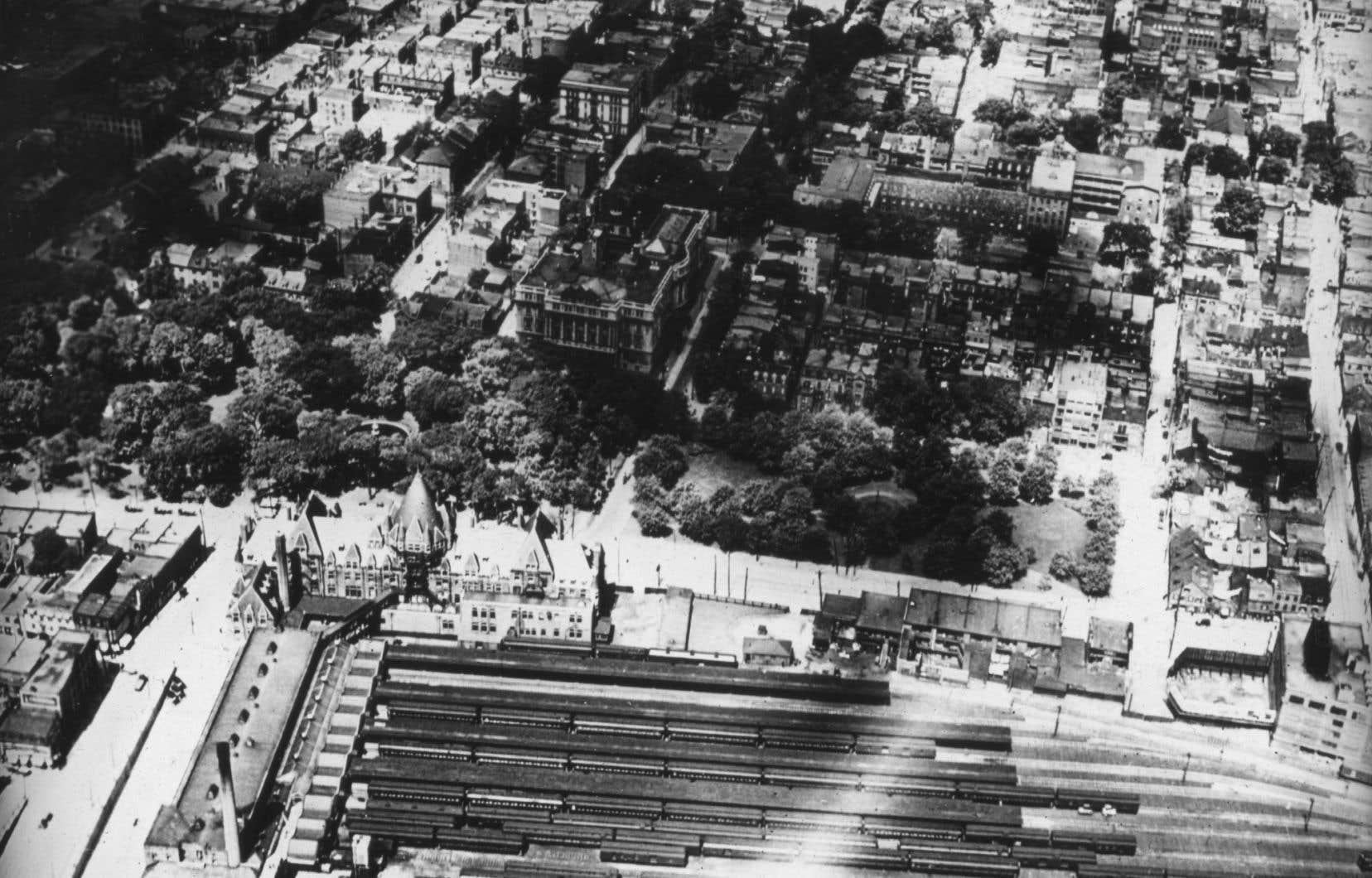 Le square Viger, visible ci-dessus au centre de l'image, face à la gare Viger, est devenu le premier grand et beau parc de Montréal.