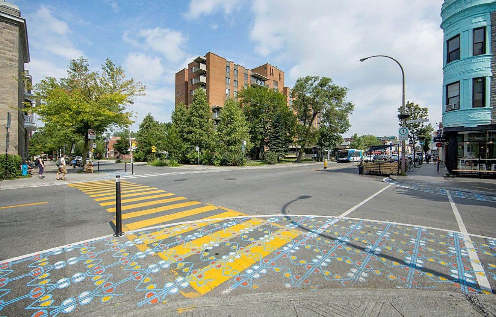 Un sas pour piétons, soit une aire d'attente à même la chaussée, au coin des rues Beaubien et Saint-Vallier
