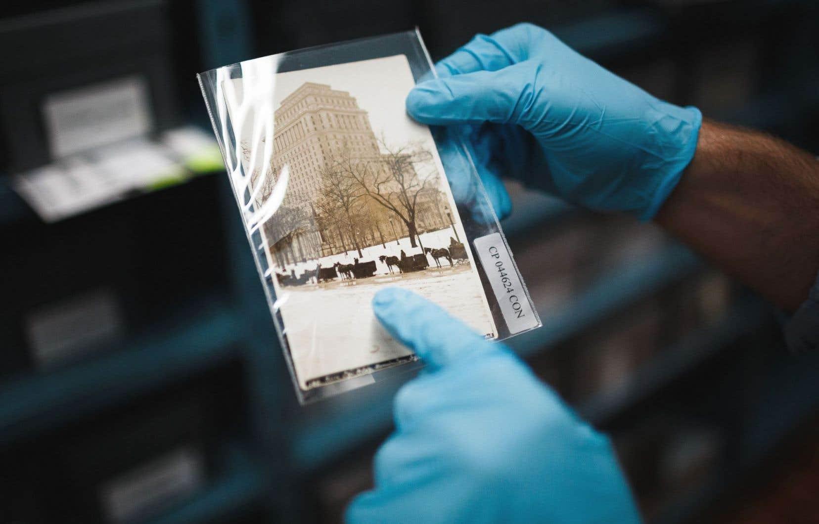 Bibliothèque et Archives nationales du Québec possède 7000 cartes postales consacrées entièrement à Montréal, datant de la fin du XIXesiècle jusqu'aux années 1960.