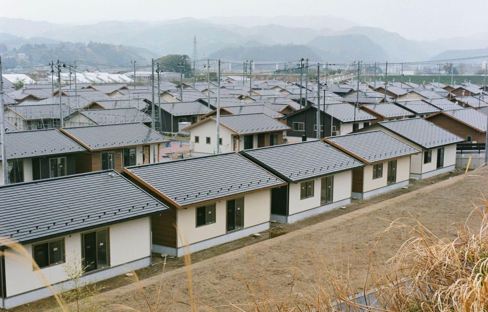 Le Village Compact, projet résidentiel et commercial public pour recréer un quartier dense. Les candidats au retour ayant perdu leur maison peuvent s'y loger gratuitement pendant deuxans.