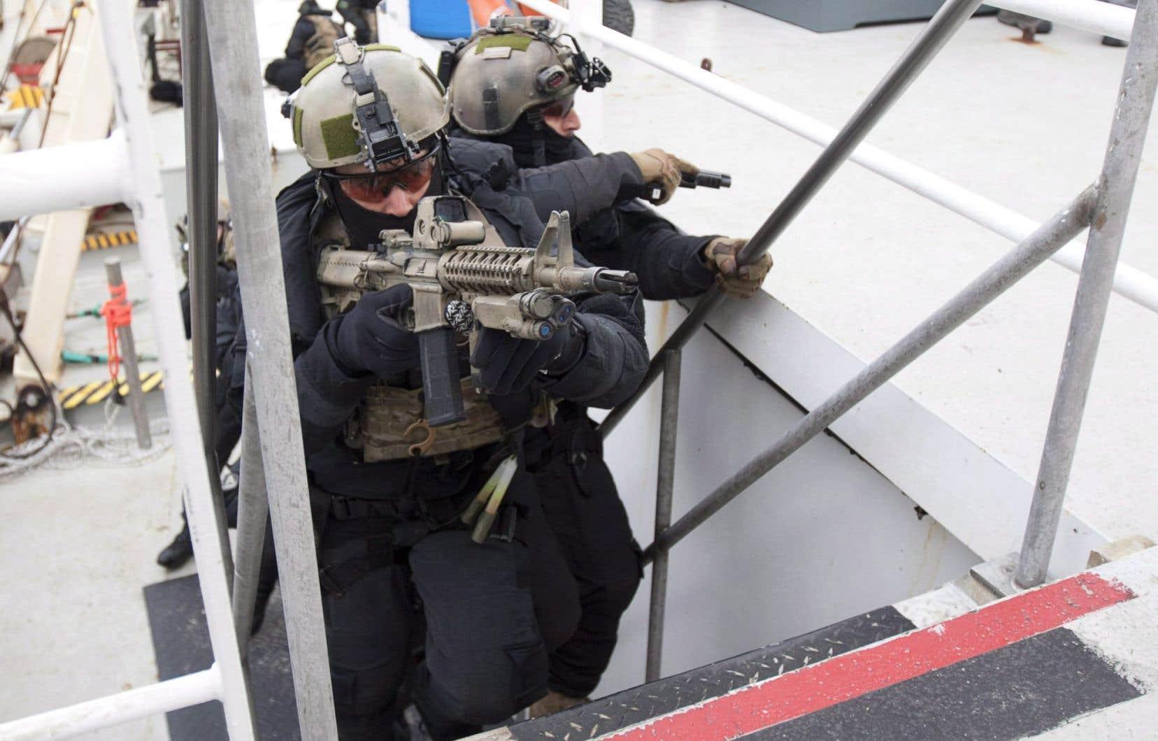 Les membres de l'unité spéciale JTF2 des Forces canadiennes prennent un navire d'assaut lors de l'opération Nanook au large des rives de Churchill au Manitoba.