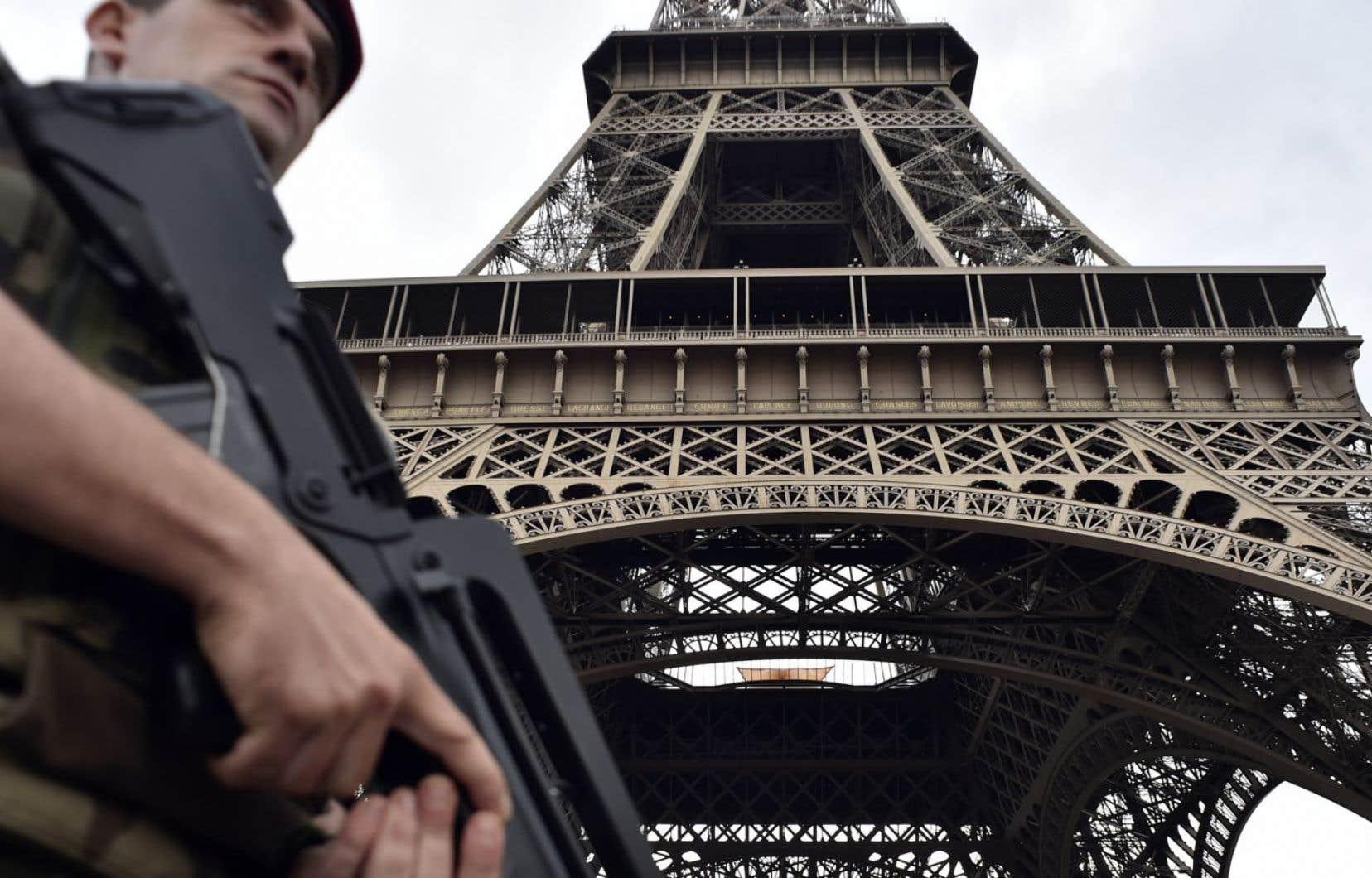 Un soldat français patrouille à proximité de la tour Eiffel en juillet 2016.