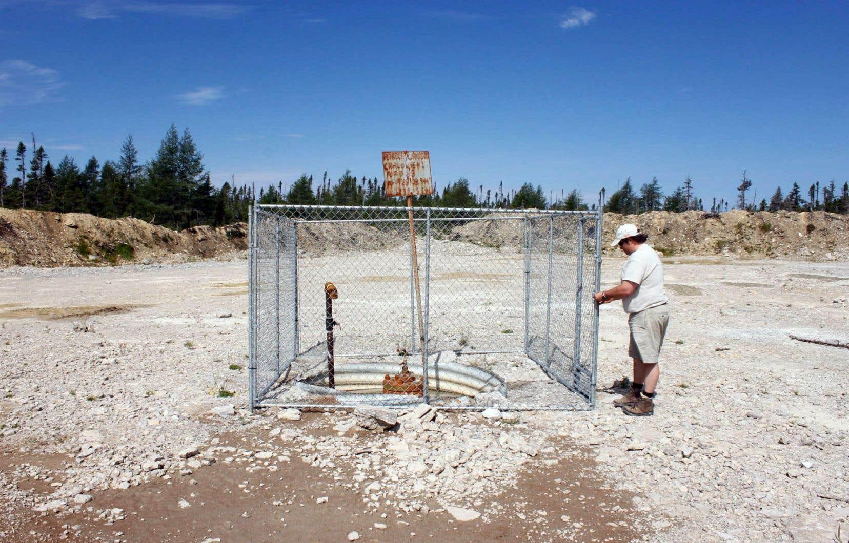 Denis Duteau, ancien maire d'Anticosti, inspecte un vieux puits de forage de Pétrolia.