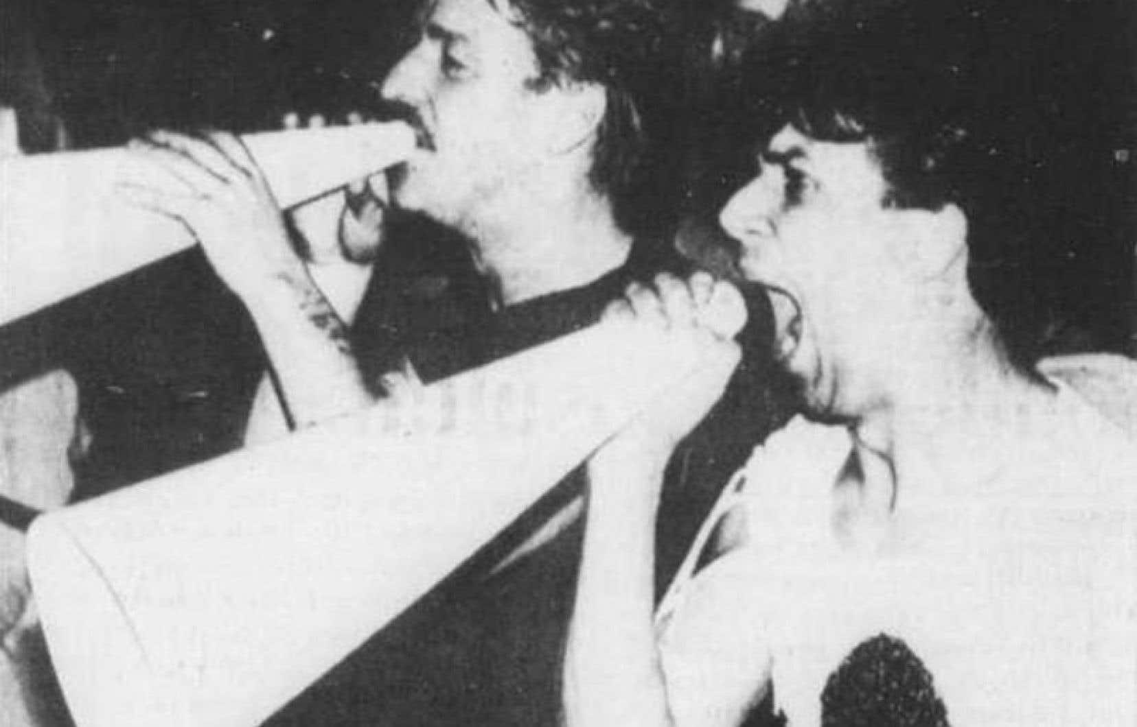 Plusieurs centaines de personnes avaient manifesté à Montréal au lendemain de la descente au bar gai Bud's dans la nuit du 1erau 2juin 1984.