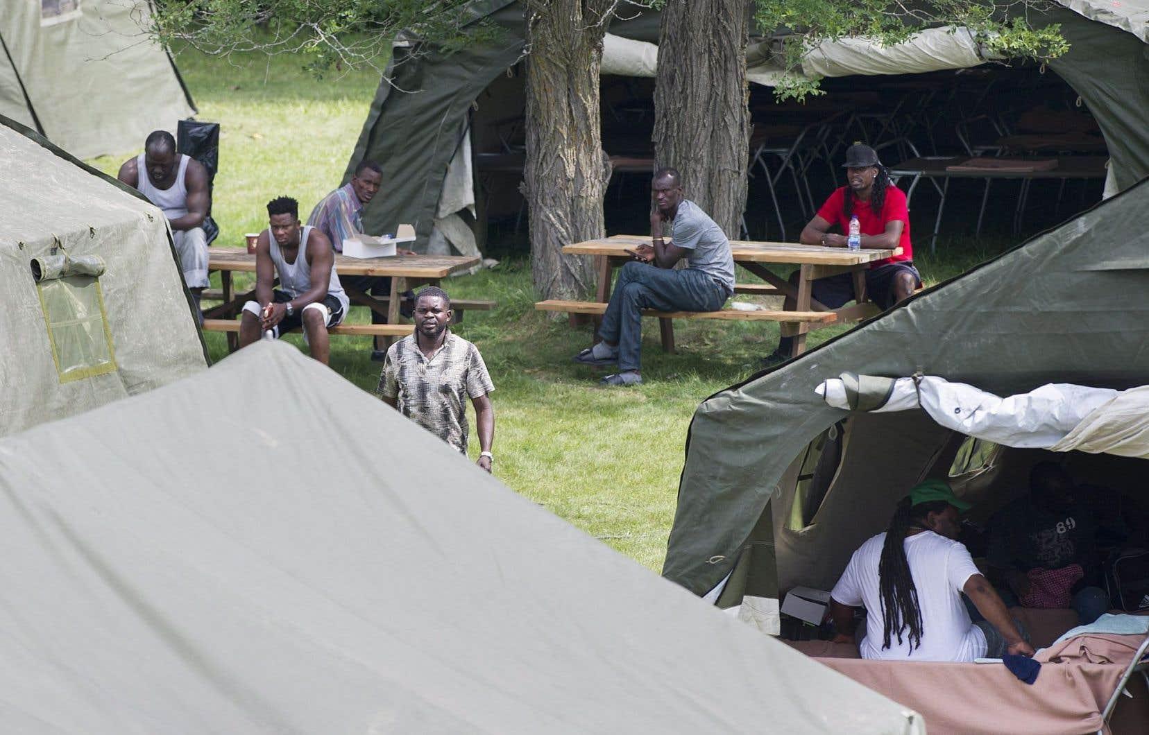 Des demandeurs d'asile dans le nouveau camp, à Lacolle.De 250 à 300 d'entre eux passeraient actuellement la frontière canado-américaine chaque jour.