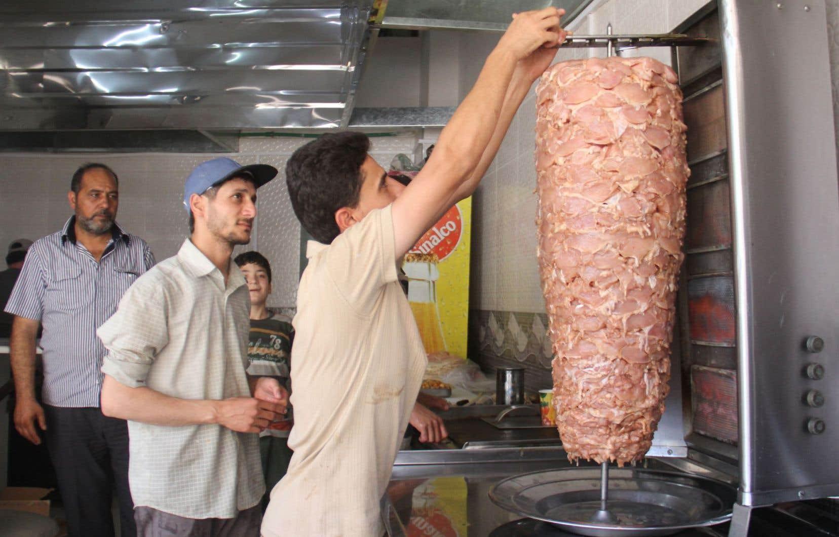 Un Syrien travaille au restaurant Sultan Daraya dans le nord de la ville d'Idlib, contrôlée par les rebelles, en Syrie.
