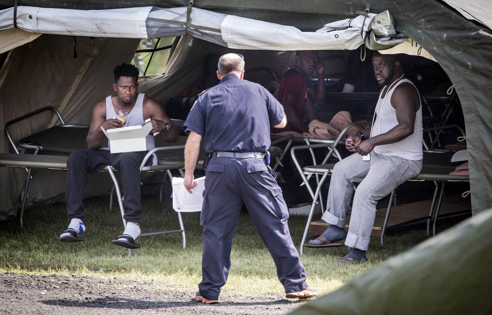 À Saint-Bernard-de-Lacolle, 32 tentes, permettant une capacité d'environ 700 personnes, ont été installées. Si l'on se fie au taux d'acceptation des demandeurs d'asile haïtiens en 2016, c'est près de la moitié qui pourraient voir leur demande refusée.