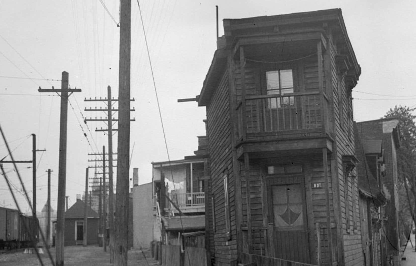 Nous voyons une maison de la rue Saint-Augustin dans le quartier Saint-Henri à Montréal. Cette maison est décrite dans le roman «Bonheur d'occasion» de Gabrielle Roy.