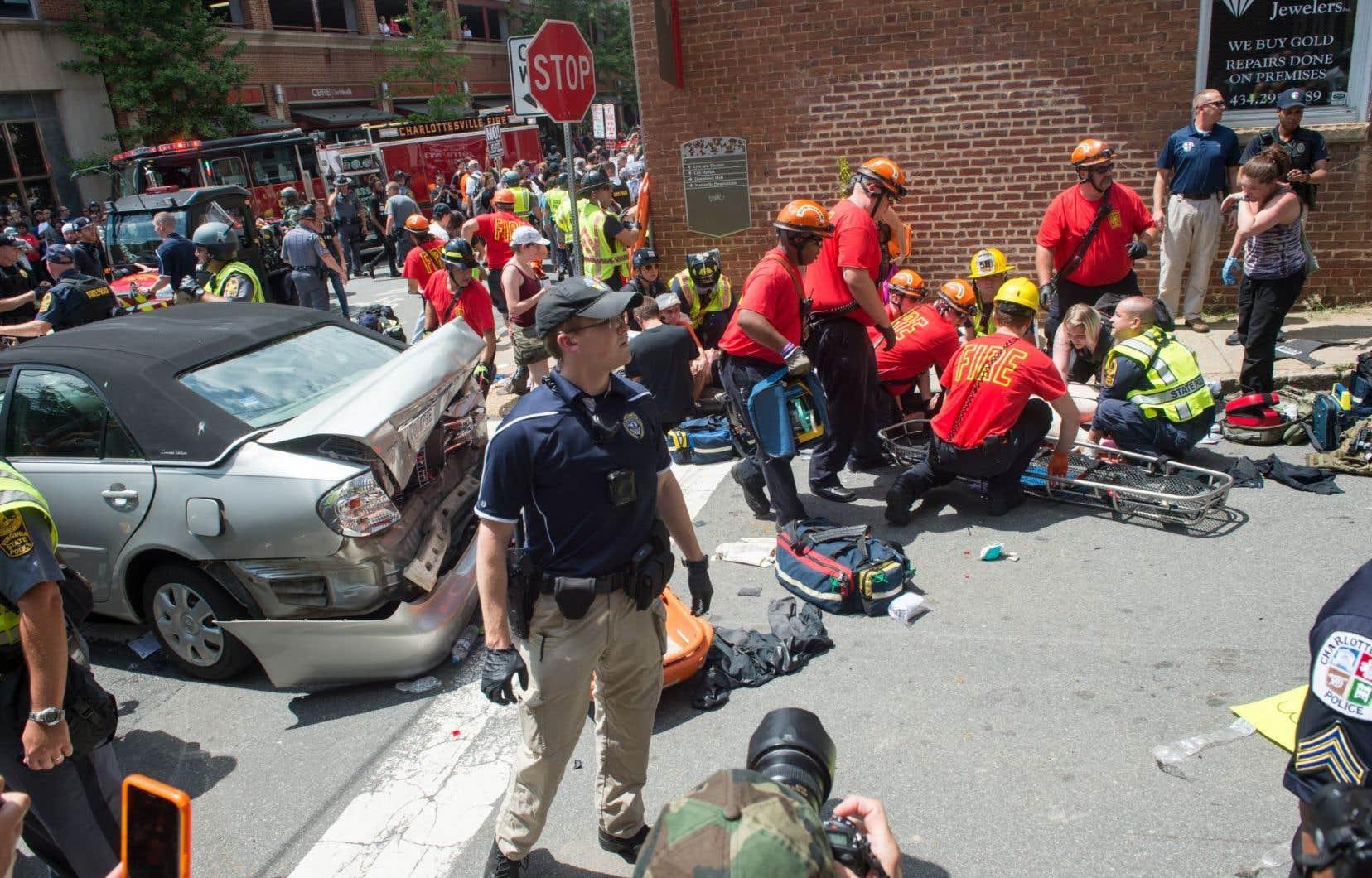 Une femme reçoit les premiers soins après qu'une voiture a percuté des manifestants à Charlottesville, en Virginie, le 12 août 2017.