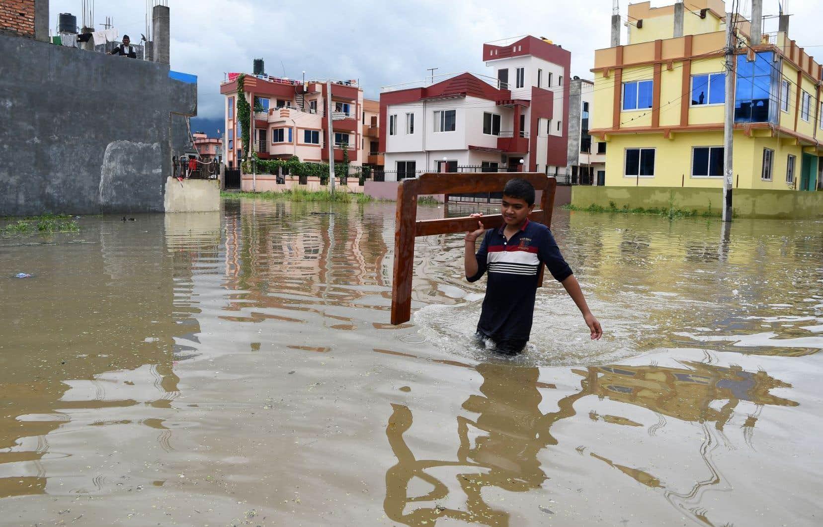 Les communications téléphoniques et l'électricité ont été rompues dans plusieurs régions.