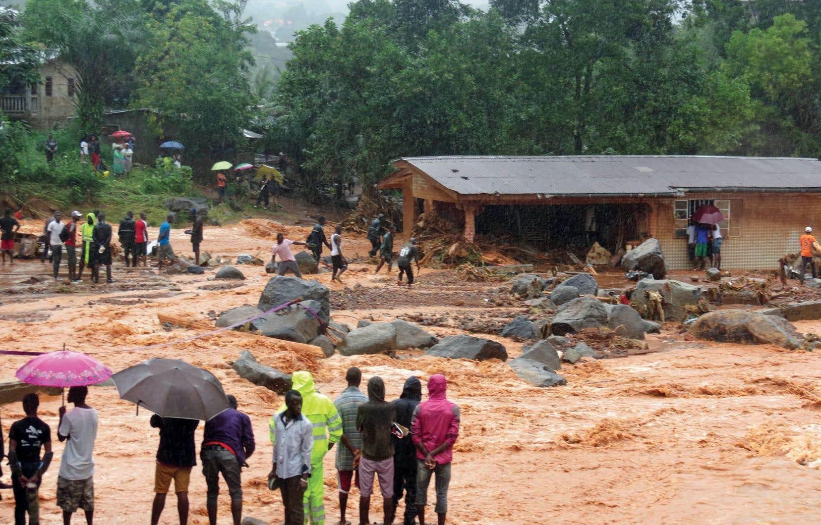 Des maisons ont été submergées par des coulées de boue dans deux quartiers de Freetown, où des rues ont été envahies par des rivières en crue.