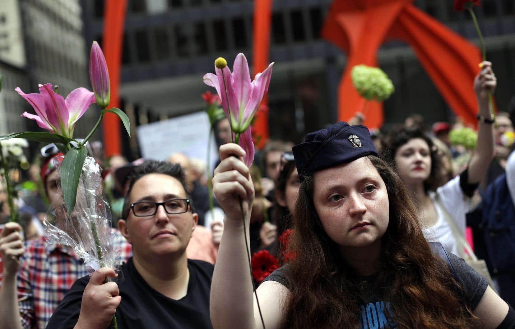 Des rassemblements en mémoire de la femme décédée après l'attaque ont eu lieu aux États-Unis dimanche, comme ici à Chicago.