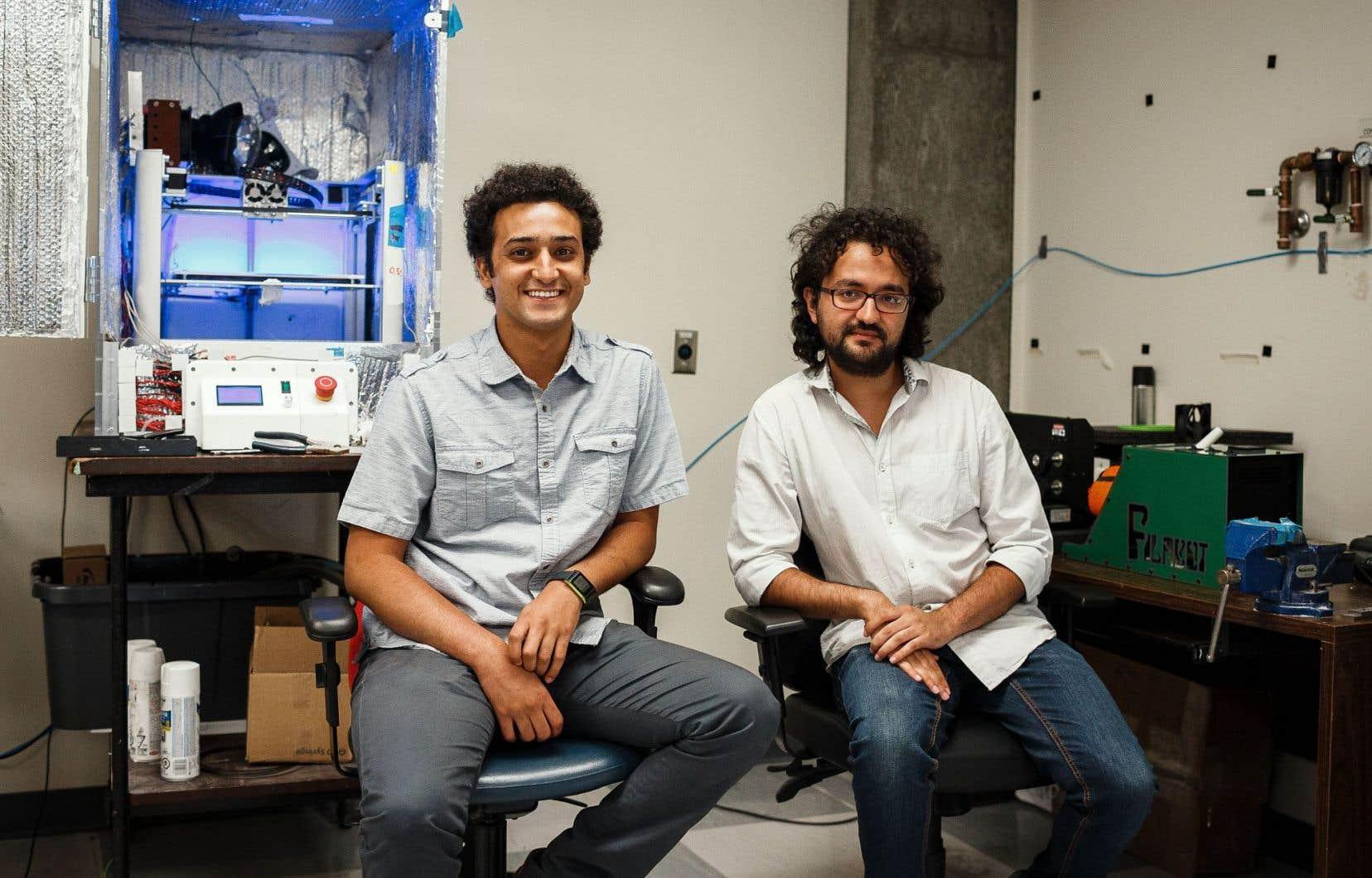 L'objectif des doctorants Ilyass Tabiai (à gauche) et Yahya Abderrafai (à droite) et de leur partenaire d'affaires est de mettre au point des polymères et des composites de pointe qui repousseront les frontières actuelles du monde de l'impression 3D.