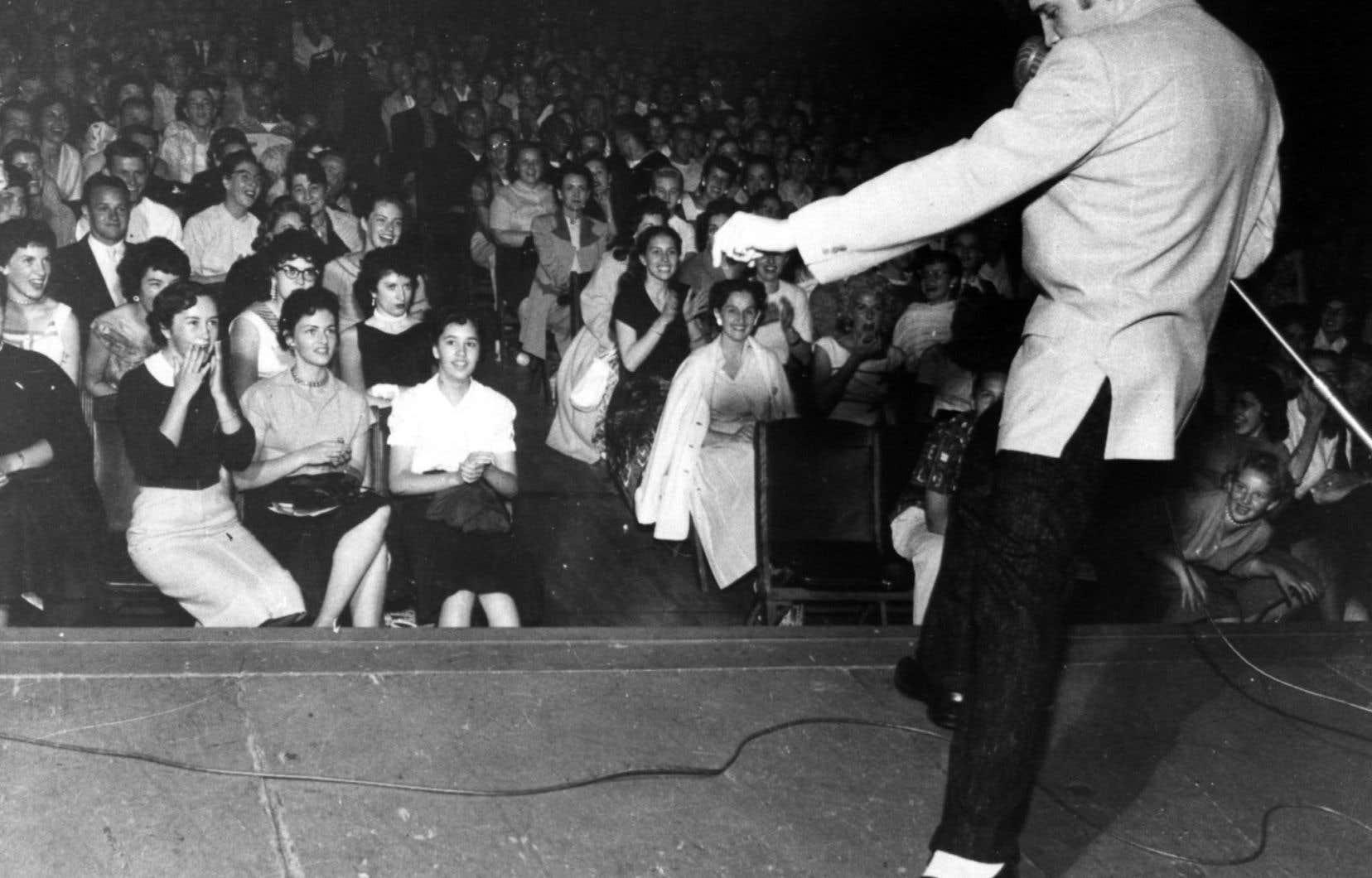 Elvis Presley lors d'un spectacle à l'aréna de Philadelphie en 1957