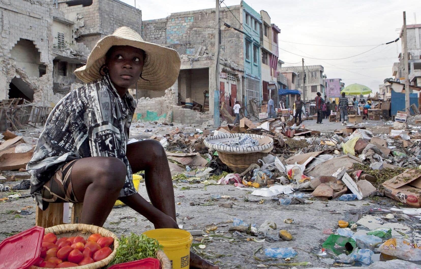 La vie a repris, au milieu des ruines de Port-au-Prince, qui ont perduré depuis longtemps.