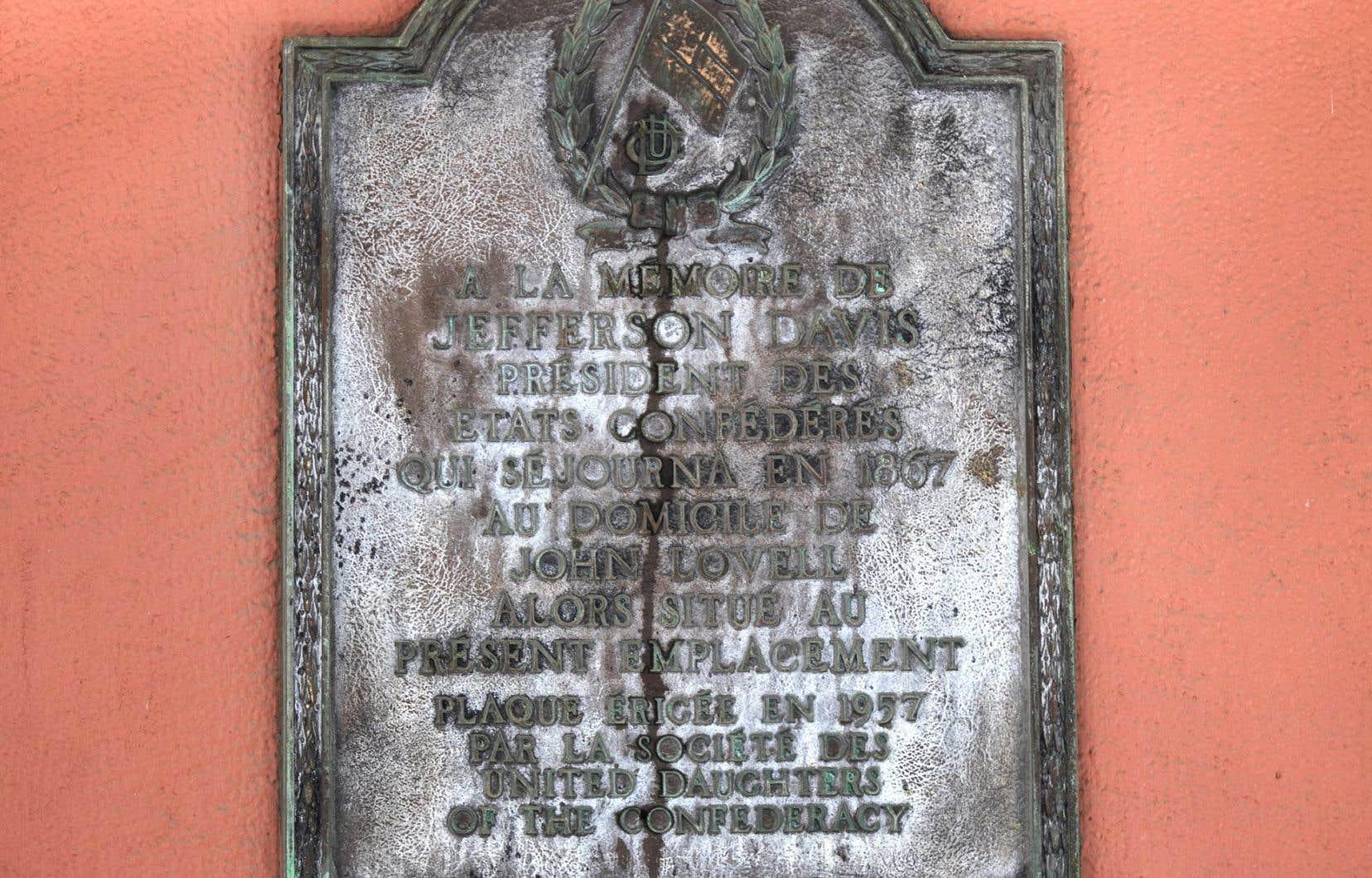 Jusqu'à mardi soir,une plaque commémorative de l'ancien président sudiste Jefferson Davis était apposée surl'édifice de la Baie d'Hudson de la rue Sainte-Catherine, à Montréal.