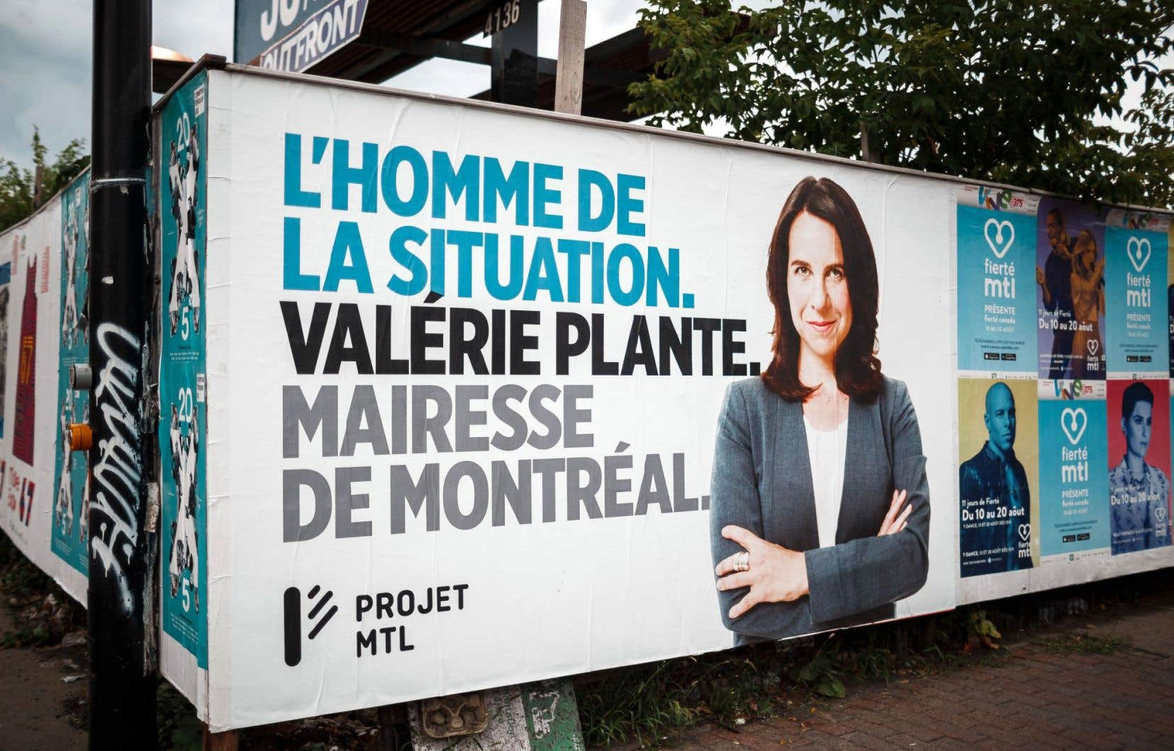Sur des affiches publicitaires apparues mardi, Valérie Plante demande le même traitement que celui accordé aux politiciens masculins.