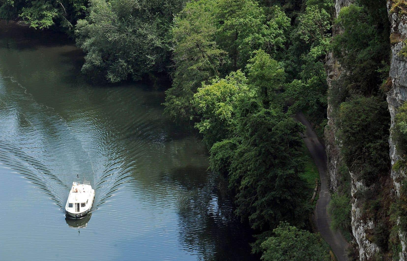 Naviguer sur le Lot, ici en contrebas de Saint-Cirq-Lapopie, est un pacte avec une belle aventure. Ce mythique village médiéval s'impose à 100 mètres au-dessus de la rivière et ne compte qu'une poignée de résidants qui y vivent à l'année.